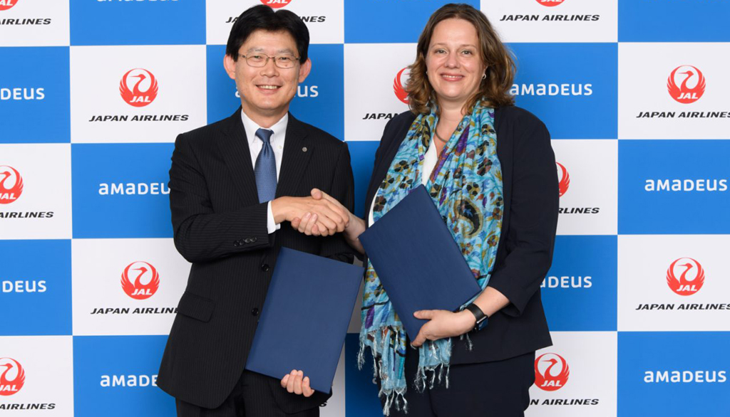 Yoriyuki Kashiwagi, Executive Officer International Passenger Sales de Japan Airlines y Mieke De Schepper, EVP, Online Travel & Managing Director para Asia Pacific de Amadeus.