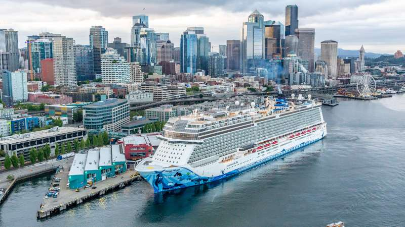 El 'Norwegian Bliss' en el puerto de Seattle.