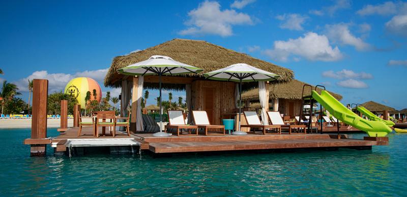 Todas las cabañas en Coco Beach Club tienen capacidad para hasta ocho personas y cuentan con tumbonas, un comedor y un asistente.
