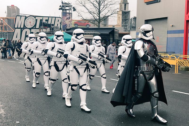 Desfile de las fuerzas imperiales de la saga Star Wars en el parque parisino.